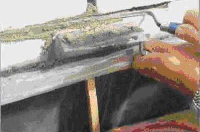 Узким мастерком плотно загнать новый раствор в швы