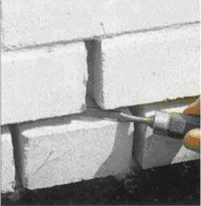 Соскоблить остатки старого цемента наружу.