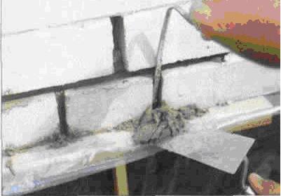 Подложить опалубку, на которую будет осыпаться раствор
